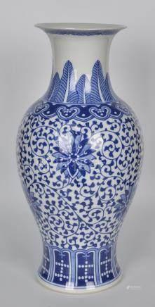 青花缠枝莲观音瓶