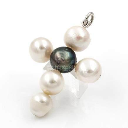 Colgante en forma de cruz de perlas cultivadas naturales con