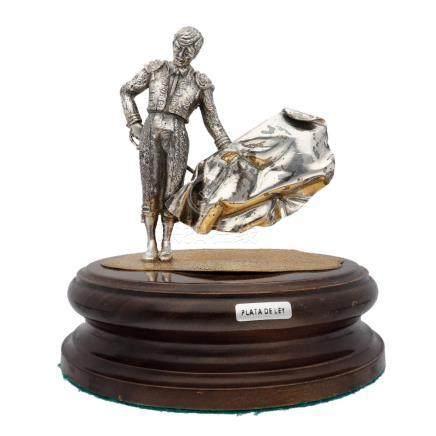 Figura de torero con capote y espada fabricado en plata de p