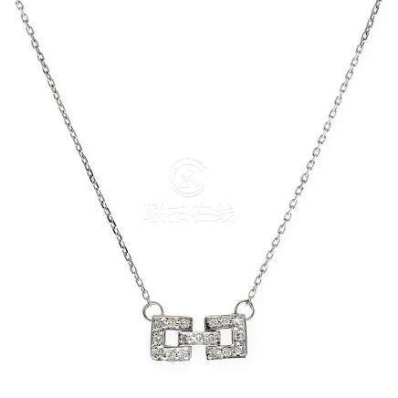 Gargantilla con adorno en diseño cuadrado realizado en oro b