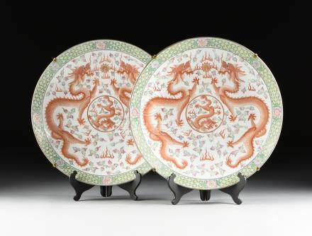 A PAIR OF EXPORT QING DYNASTY (1644-1912) STYLE ENAMELED GILT PORCELAIN CHARGERS, MID/LATE 20TH