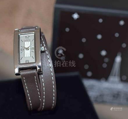 Montre Dame boîtier métal rectangulaire, bracelet design double tour en doublur