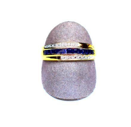 Bague bicolore centrée d'une ligne de saphirs calibrés rehaussés de diamants. O