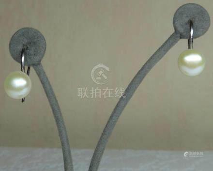 """Une paire de boucles d'oreilles en perles de culture naturelles forme """"bouton"""""""
