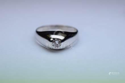 Bahue jonc Anglais or blanc serti clos d'un diamant rond taille moderne pesant