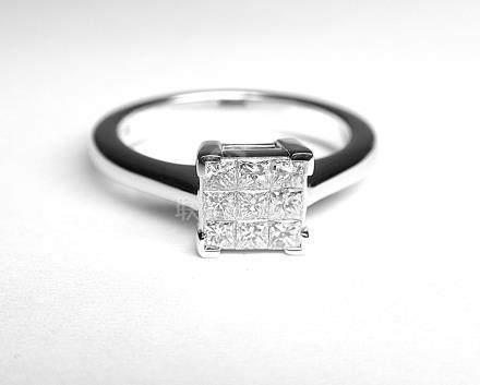 Une bague or blanc solitaire ornée en serti mystérieux par 9 diamants taille pr