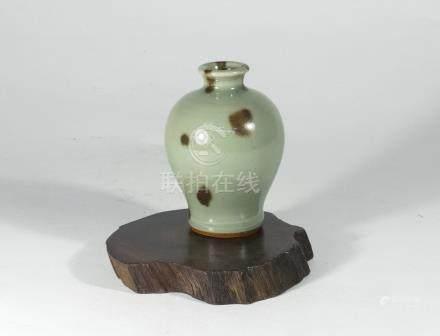 元代-龍泉窯帶斑小梅瓶