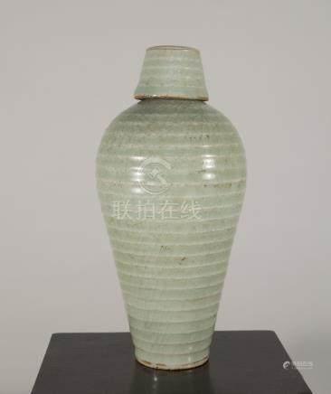宋代-龍泉窯弦紋帶蓋梅瓶