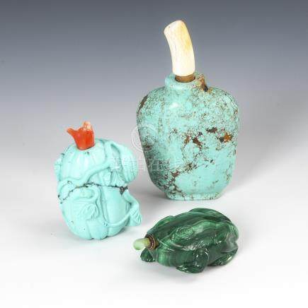 3 Snuffbottles - 2x Türkis, 1x Malachit.Two Turquoise and 1 Frog-Shaped Malachite Snuff Bottles.