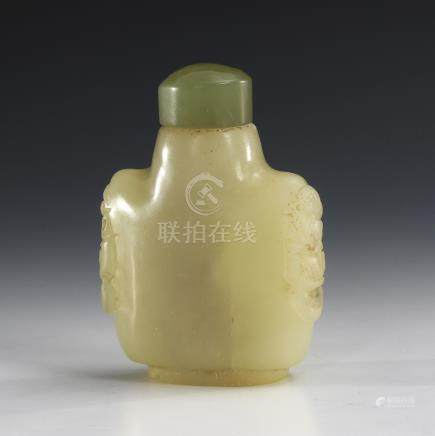 Snuffbottle - Jade.A Qing Dynasty Jade Snuff Bottle with Carved Taotie Masks.Qing-Dynastie.