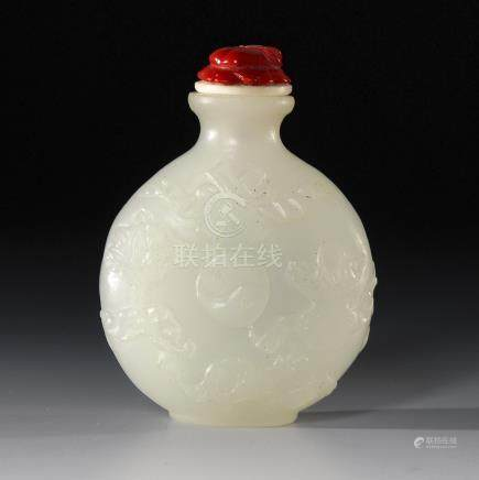 Snuffbottle aus weißer Nephrit-Jade.A Qing Dynasty White Nephrit Jade Snuff Bottle decorated with