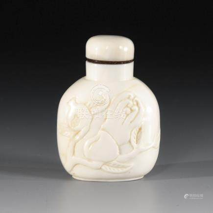 Snuffbottle Walrosszahn.A Late Qing Dynasty Walrus Tooth Snuff Bottle with Low-Relief depicting""