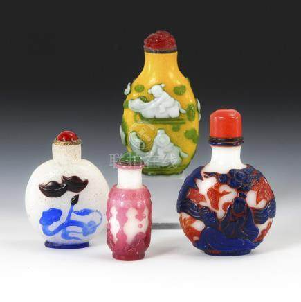4 Snuffbottles - farbiges Überfangglas.Four Snoffbottles with Colourful Overlay and Various