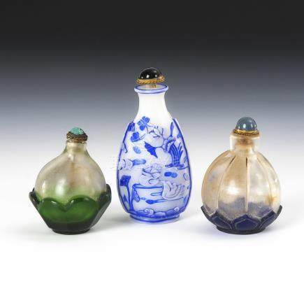 3 Snuffbottles - Überfang.Three Snuff Bottles with Overlay - Decorations include Lotus Leafs and