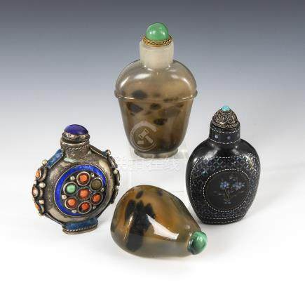 4 verschiedene Snuffbottles.Four Different Snuffbottles - incl. Agate, Glass, Metal with Coral