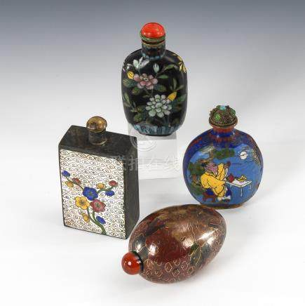 4 Snuffbottles - Cloisonné.Four Cloisonné Snuff Bottles with various Decorations.Eiförmig, brauner