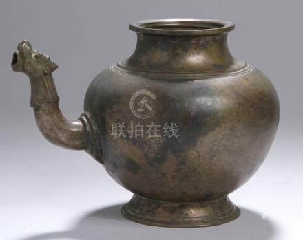 Bronze-Ritualschenkgefäß, Tibet, 18. Jh., über gekehlt ausgestelltem Rundstand kugligerKorpus mit