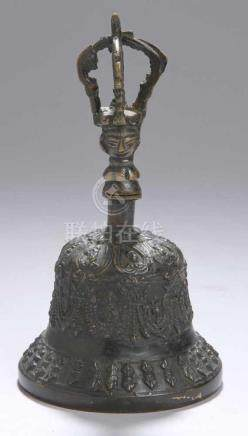Bronze-Glocke, Tibet, 19./20. Jh., ausschwingende Form mit kronenförmigem Tragehenkel mitplastischem