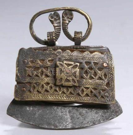 Feuertasche, Himalaya-Region, 19. Jh., kleines Ledertäschchen mit Eisen- undMessingbeschlägen