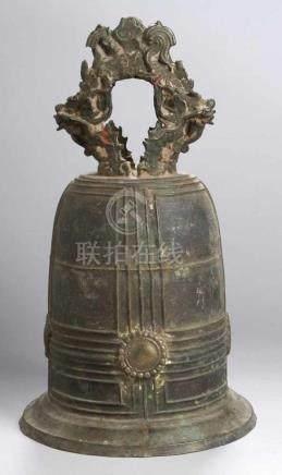 Große Bronze-Glocke, wohl China, 17./18. Jh., über ausgestelltem, leicht abgesetztem Randhoher