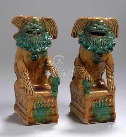 Ein Paar Keramik-Tempellöwen, wohl China, Ming-Dynastie, auf Podest sitzende Ausformungen,jeweils