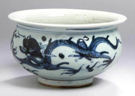 Porzellan-Ziervase, China, wohl Ming-Dynastie, Wandung dekoriert mit 2 ballspielendenDrachen