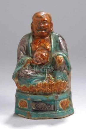 Keramik-Glücksbuddha, China, Ming-Dynastie, auf Sockel mit frontseitigem Feldern mitReliefdekor