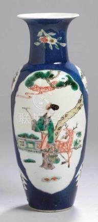 Porzellan-Ziervase, China, 18. Jh., umlaufendes Kartuschendekor mit polychrom