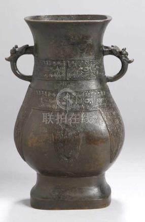 Bronze-Doppelhenkelvase, China, 17./18. Jh., Henkel dekoriert mit plastischem Drachenkopf,Wandung