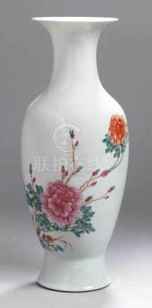 Porzellan-Ziervase, China, Qing-Dynastie, gemarkt Qinaglong Periode, Wandungsschauseiteäußerst