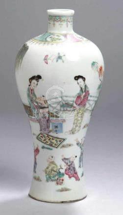 Porzellan-Ziervase, China, 18. Jh., Meiping-Form, nahezu umlaufend polychrom bemalt