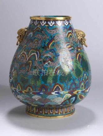 Cloisonné-Ziervase, China, um 1800, Kupferkorpus in Hu-Form, seitlich 2 plastischeLöwenkopf-