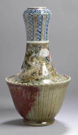 Porzellan-Ziervase, China, wohl 19. Jh., teils leicht vertikalbandartig strukturierteWandung,