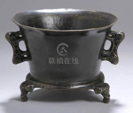 Bronze-Koro, China, 18./19. Jh., auf 3 kleinen Elefantenkopffüßen runder, ausschwingenderKorpus