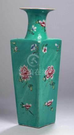 Porzellan-Ziervase, China, 19. Jh., umlaufend bemalt mit polychromem Floraldekor übermintgrün