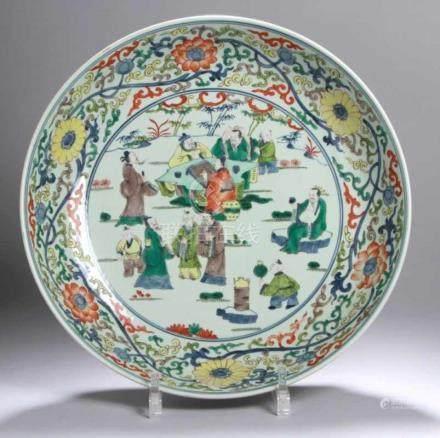 Porzellan-Rundplatte, China, wohl 19. Jh., im Spiegel in blauer Doppelrahmung polychrom inUnter- und