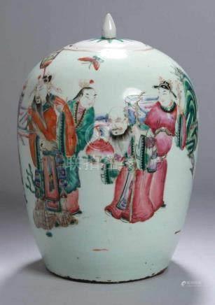 Porzellan-Deckelvase, China, 19. Jh., polychrom bemalt mit höfischer Personenszenerie