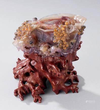 玛瑙雕松鼠葡萄摆件