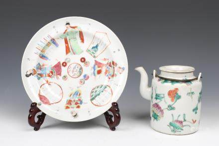 SET OF CHINESE FAMILLE-ROSE PLATE AND TEAPOT