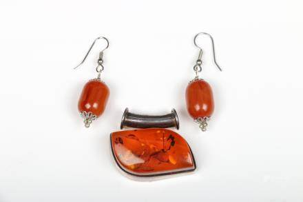 SET OF AMBER EARRINGS AND PENDANT