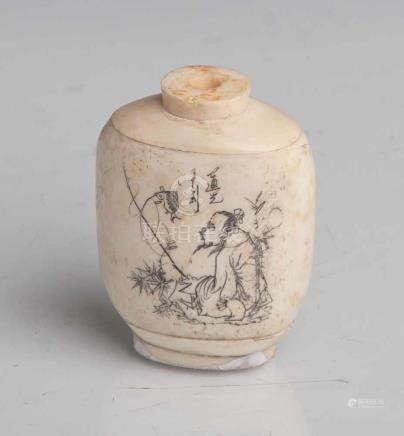 Snuff-bottle, China, um 1900, Anfang 20. Jahrhundert, Bein, geschnitzt, mit graviertem undschwarz