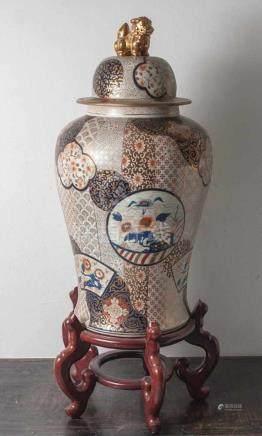 Bodenvase, China, 20. Jahrhundert, Schultertopfform mit Deckel. Mit reichem Dekor vonBlumen und