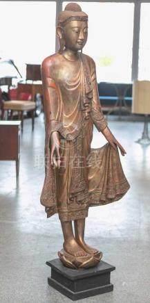 Große Figur eines stehenden Buddhas (wohl Thailand), Holz, vergoldet, auf schwarzemHolzsockel,