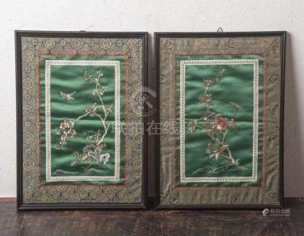 Konvolut von 2 Seidenstickereien (wohl China, um 1900), auf grüner Seide gesticktesBlumendekor mit