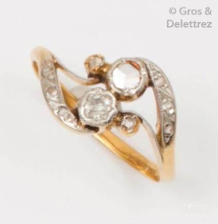 Bague «Toi et Moi» en or jaune ornée de diamants taillés en rose. Tour de doi