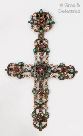 Pendentif «Croix»en argent émaillé orné de pierres de couleurs. P.Brut: 25