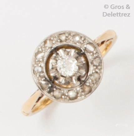 Bague en or jaune ornée d'un diamant de taille ancienne dans un entourage ajour