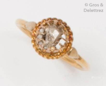 Bague ornée d'un diamant taillé en rose dans un entourage en or jaune ajouré et