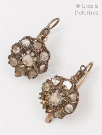 Paire de «Dormeuses» en or jaune et argent ornées de diamants taillés en rose