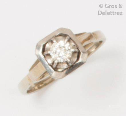 Bague solitaire en platine et or gris ornée d'un diamant taillé en brillant cal